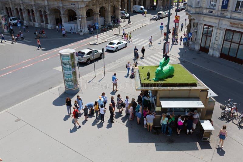 Folk som köar upp på korvställningen, Bitzinger Wuerstelstand Albertina på Albertinaplatz i Wien, Österrike royaltyfria bilder