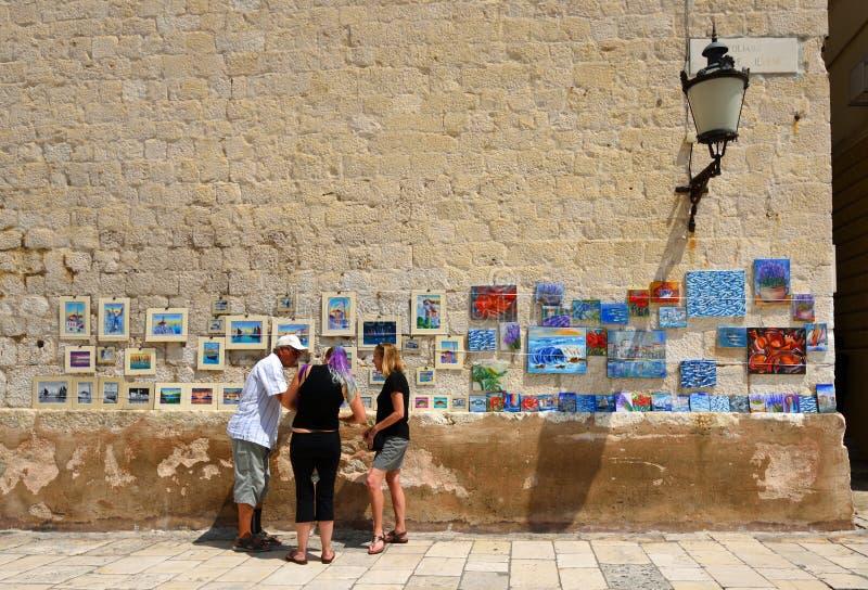 Folk som köper en målning från konstnär i kluven gammal stadKroatien royaltyfri foto