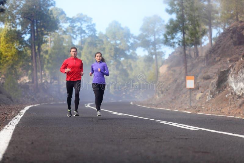 Folk som kör - löpareutbildning royaltyfri bild