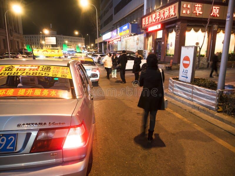 Folk som kallar taxi på vägen fotografering för bildbyråer