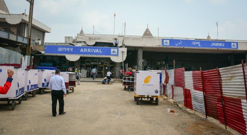 Folk som kommer till ankomstterminalen på flygplatsen i Srinagar, Indien arkivfoto