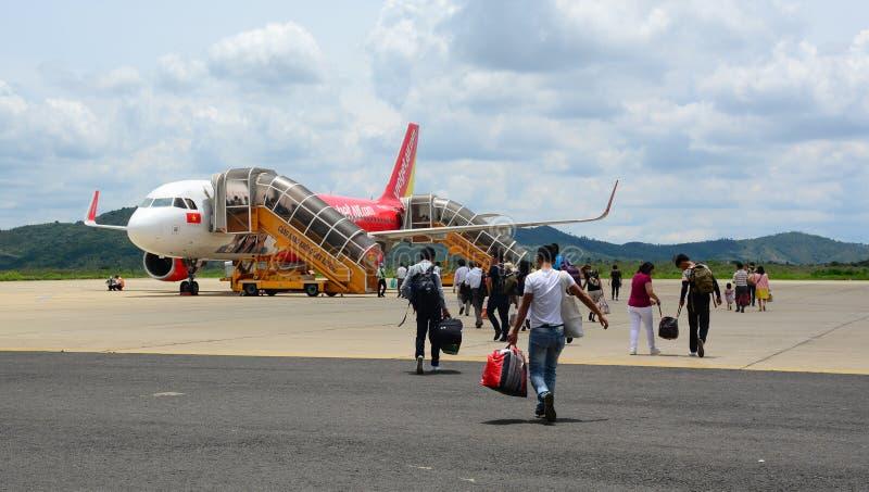 Folk som kommer till flygplanet på flygplatsen i Haiphong, Vietnam arkivfoton