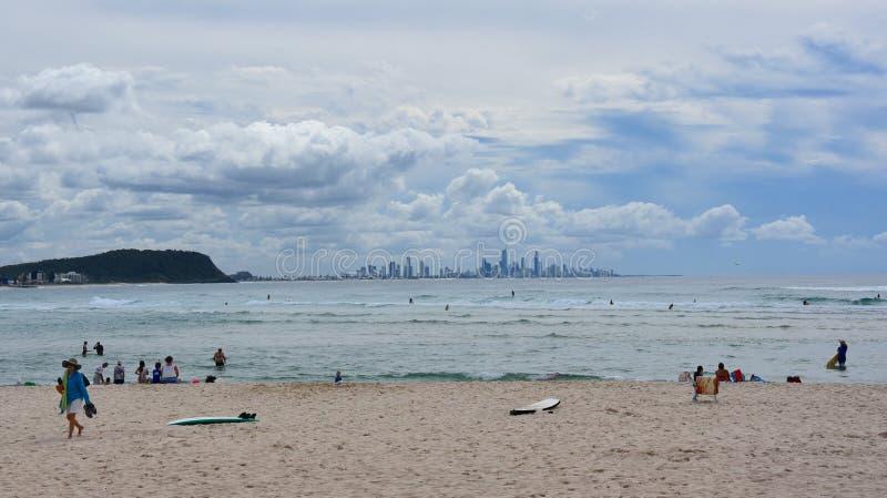 Folk som kopplar av och solbadar på den Currumbin stranden royaltyfria bilder