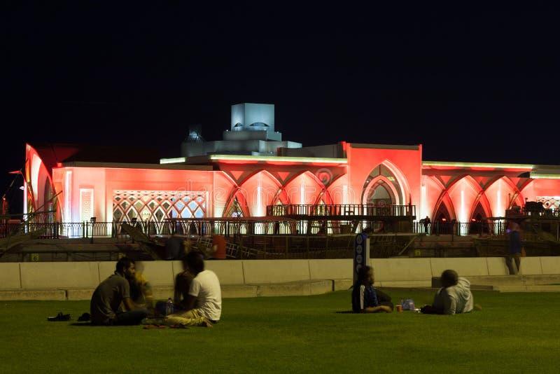 Folk som kopplar av på cornichen i Doha, Qatar royaltyfri fotografi