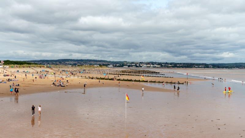Folk som kopplar av på Dawlishen Warren Beach, Devon, Förenade kungariket, Augusti 20, 2018 arkivbild