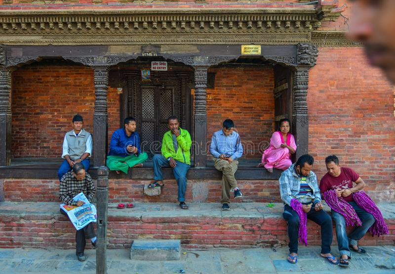 Folk som kopplar av på den Durbar fyrkanten arkivfoton