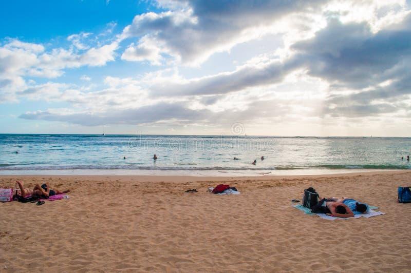 Folk som kopplar av på den Waikiki stranden royaltyfria foton