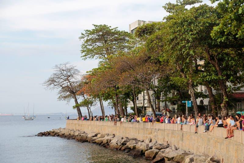 Folk som kopplar av på Urca, Rio de Janeiro royaltyfri bild