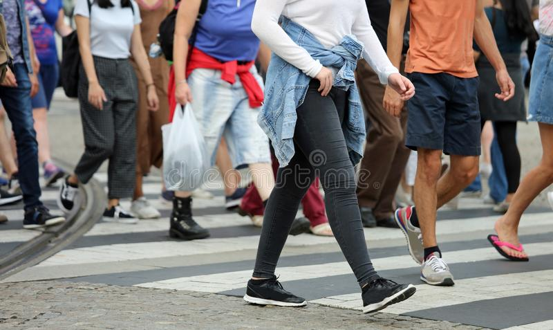 Folk som korsar övergångsstället i den upptagna gatan av th royaltyfri bild