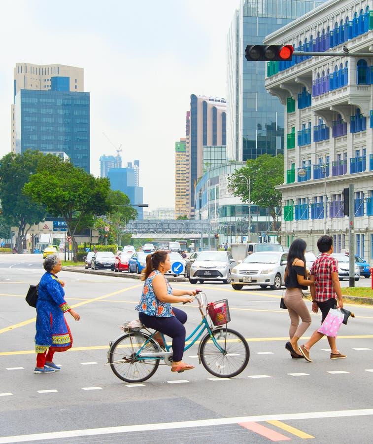 Folk som korsar en väg Singapore royaltyfri bild