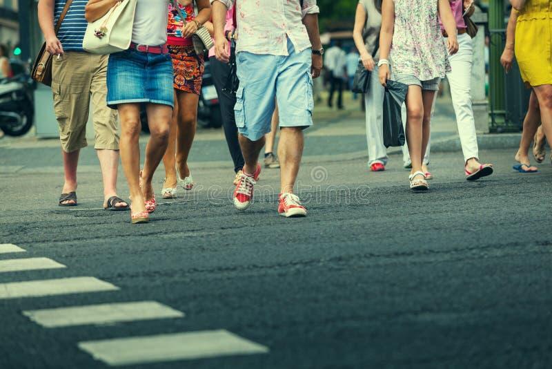 Folk som korsar gatan arkivbild