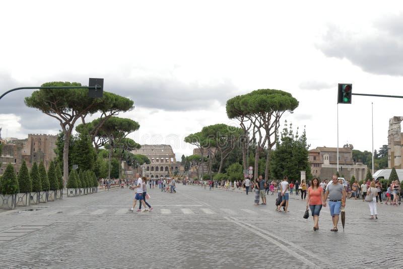 Folk som korsar gatan vid övergångsställe i Rome, Italien arkivbild