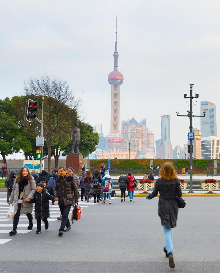Folk som korsar vägen porslin shanghai arkivfoto