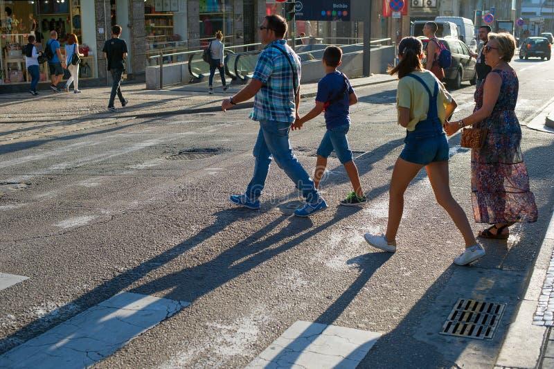 Folk som korsar vägen Porto Portugal royaltyfri bild
