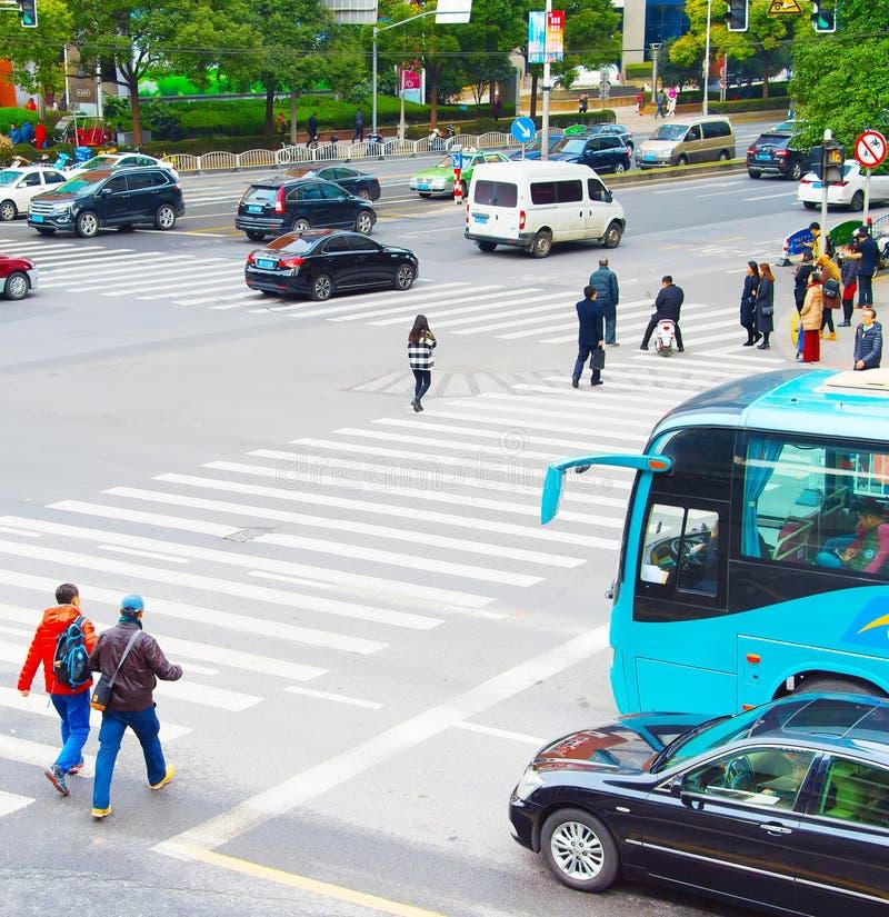 Folk som korsar vägen shanghai fotografering för bildbyråer