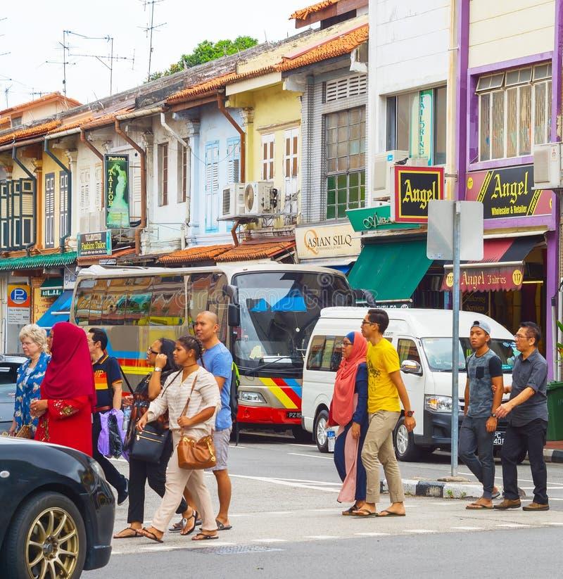 Folk som korsar vägfolkmassan Singapore fotografering för bildbyråer