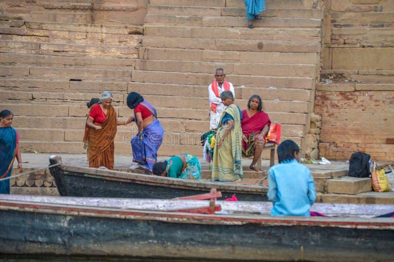 Folk som lämnar ottafartyg Ganges River fotografering för bildbyråer
