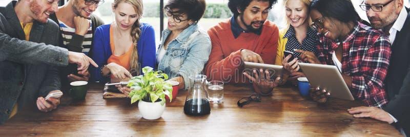 Folk som möter för Digital för kommunikationsteknologi begrepp minnestavla arkivfoto