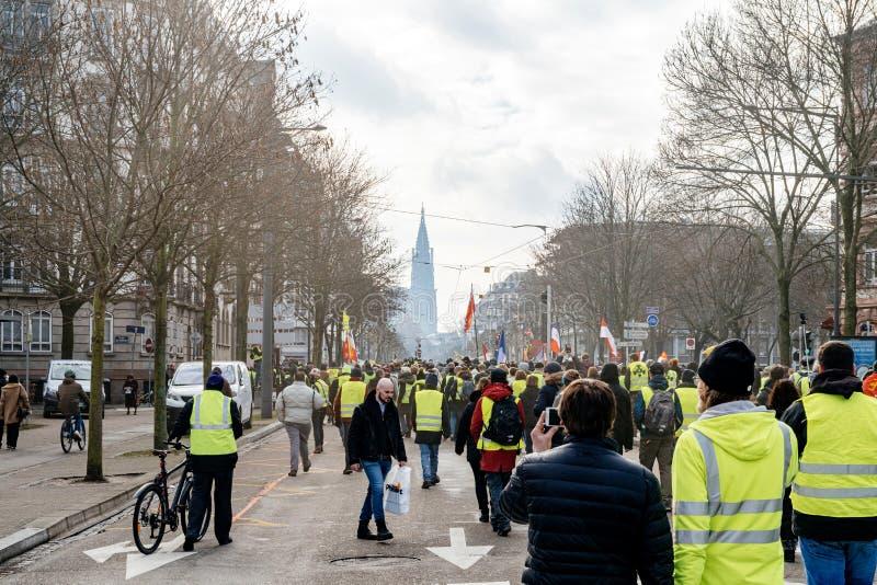 Folk som marscherar under protest av Gilets Jaunes den gula västmanifestationen royaltyfria foton