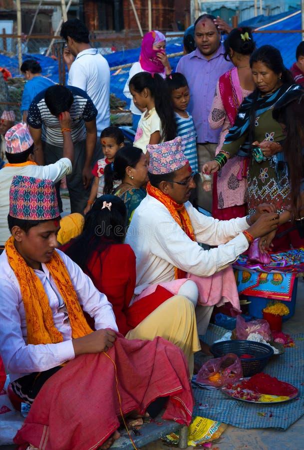 Folk som mottar Rakshya Bandhan från brahmanprästerna på Januari royaltyfri foto