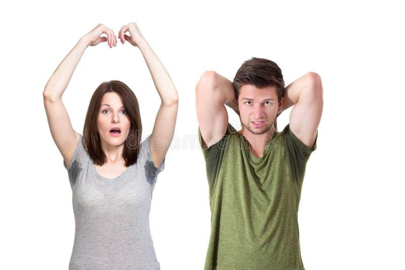 Folk som mycket dåligt svettas under armhålan arkivbild