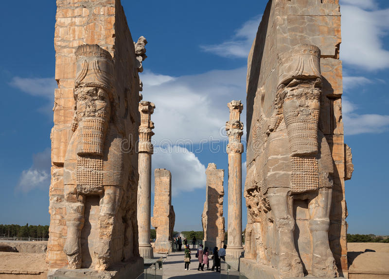 Folk som passerar all nationporten i Persepolis av Iran royaltyfri foto