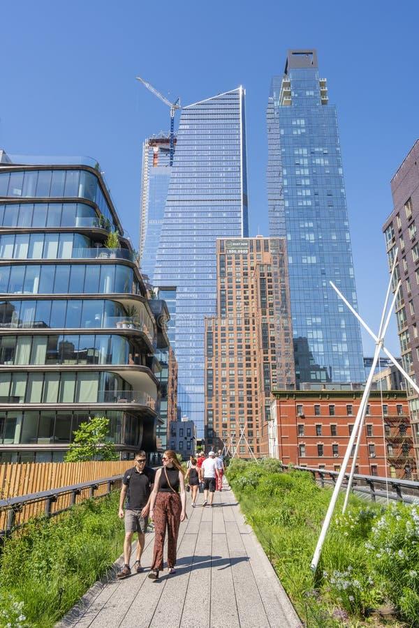 Folk som promenerar den höga linjen i New York arkivbild