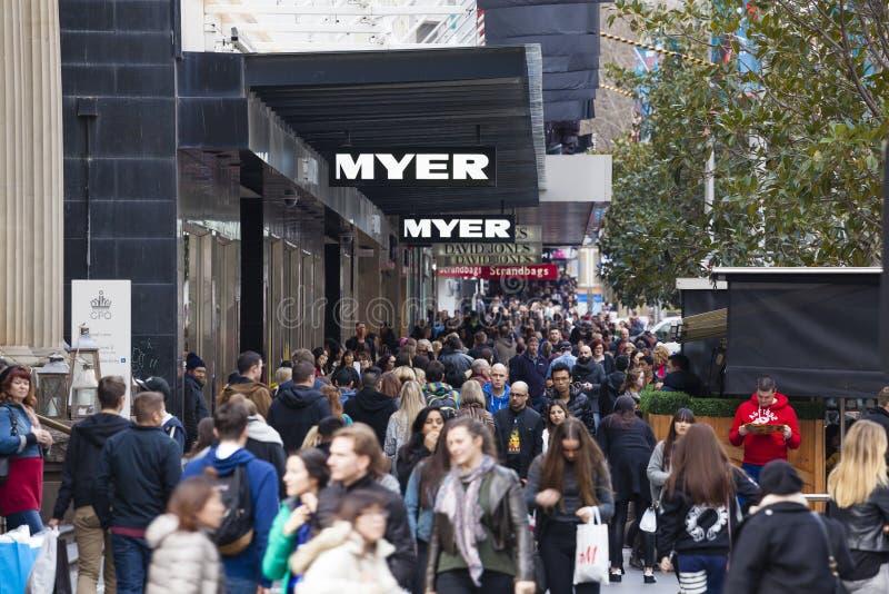 Folk som promenerar en upptagen gata i Melbourne royaltyfri fotografi