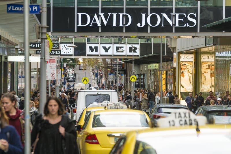 Folk som promenerar en upptagen gata i Melbourne royaltyfri bild