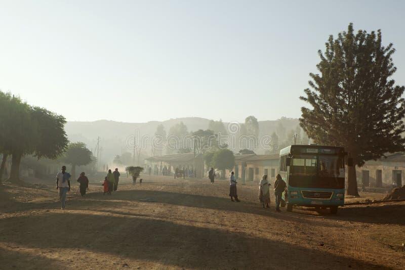 Folk som promenerar en väg, Etiopien royaltyfri fotografi