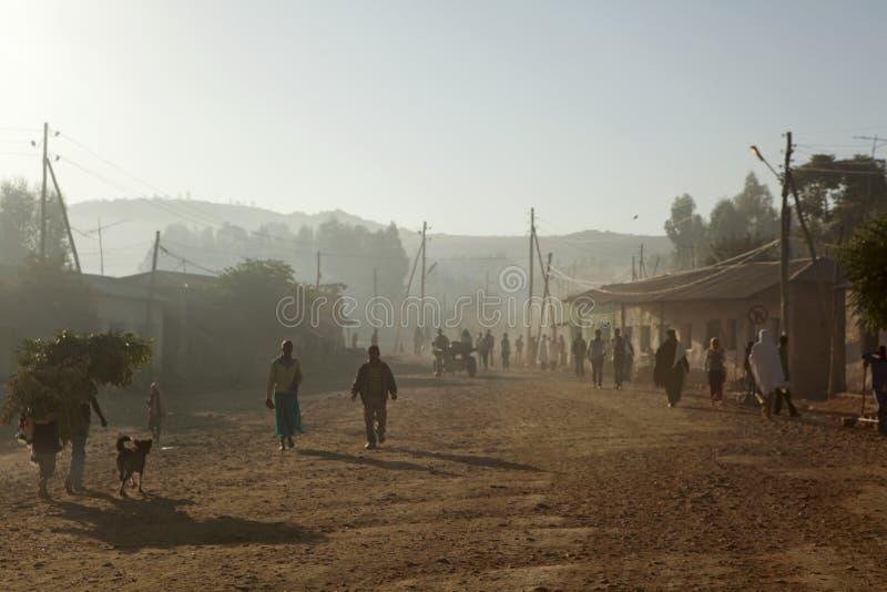 Folk som promenerar en väg, Etiopien royaltyfria foton