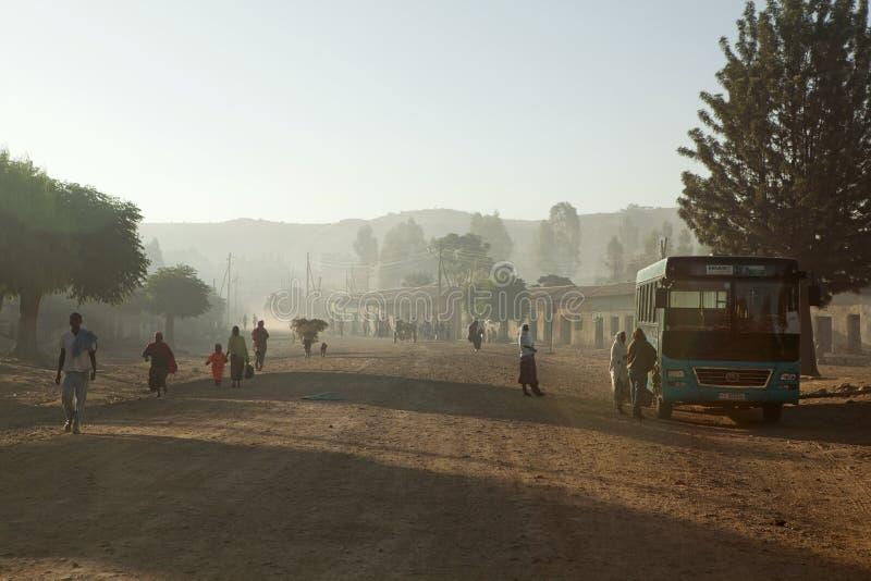 Folk som promenerar en väg, Etiopien royaltyfria bilder