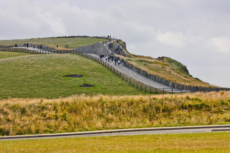Folk som promenerar klipporna av Moher, Irland royaltyfri foto