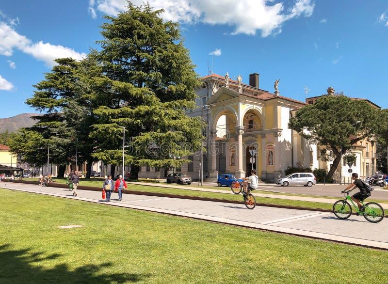 Folk som promenerar Luinoen, lakefront p? kusten av sj?n Maggiore, Italien royaltyfri foto