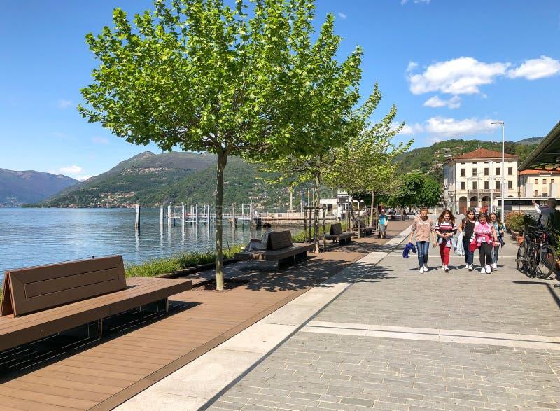 Folk som promenerar Luinoen, lakefront p? kusten av sj?n Maggiore, Italien royaltyfria foton