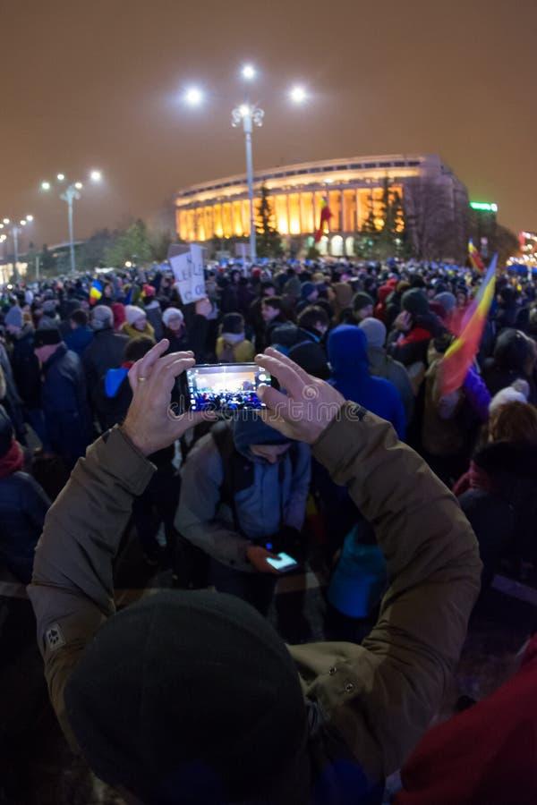 Folk som protesterar i Bucharest mot regeringen arkivbilder