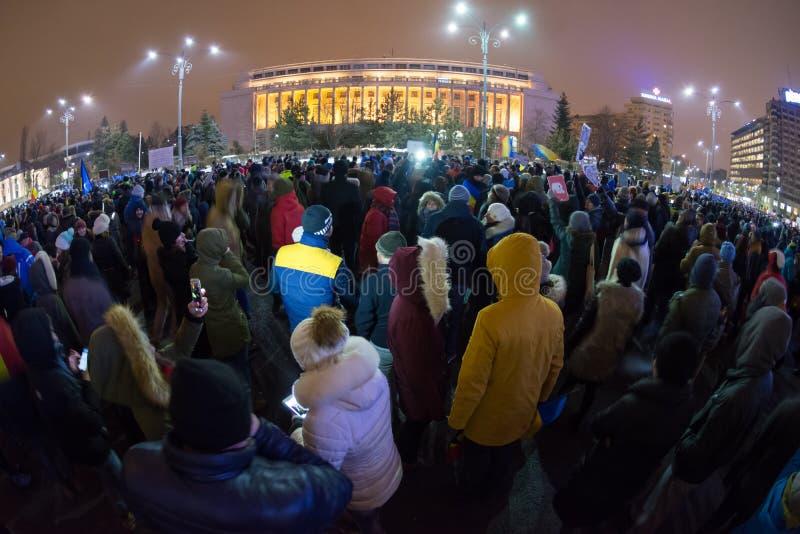 Folk som protesterar i Bucharest mot regeringen arkivfoto