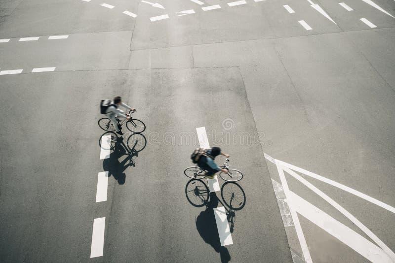 Folk som rider cykeln på stad för livsstil för gataUrban ekologi arkivfoto