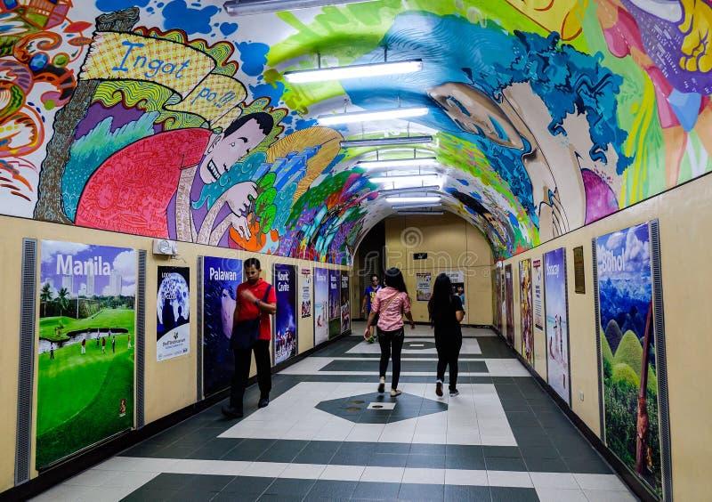 Folk som rusar till och med en gångtunnelkorridor royaltyfri fotografi