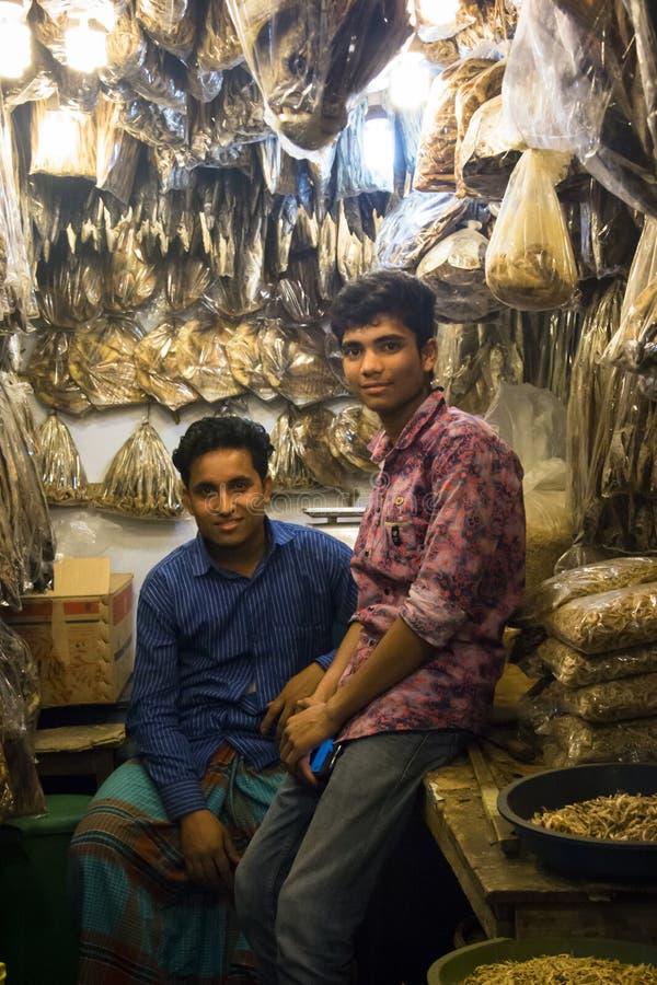 Folk som säljer den torkade fisken i Chittagong, Bangladesh arkivbild