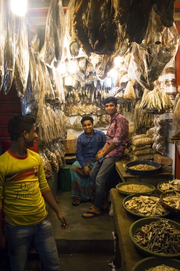 Folk som säljer den torkade fisken i Chittagong, Bangladesh arkivfoton