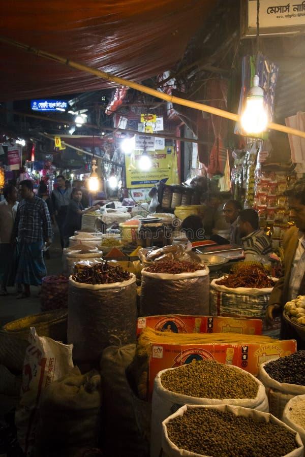 Folk som säljer kryddor i Chittagong, Bangladesh royaltyfria bilder