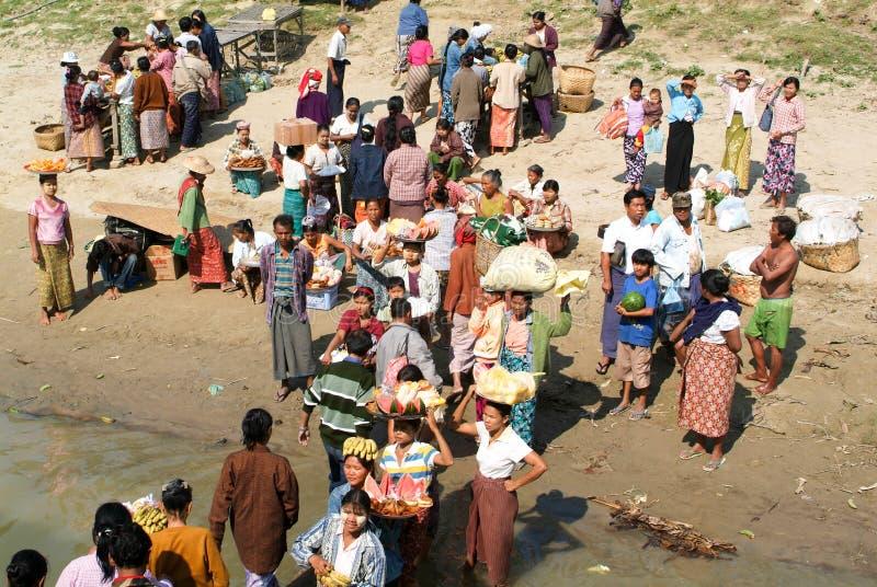Folk som säljer mat på den Ayeyarwady flodbanken royaltyfri bild