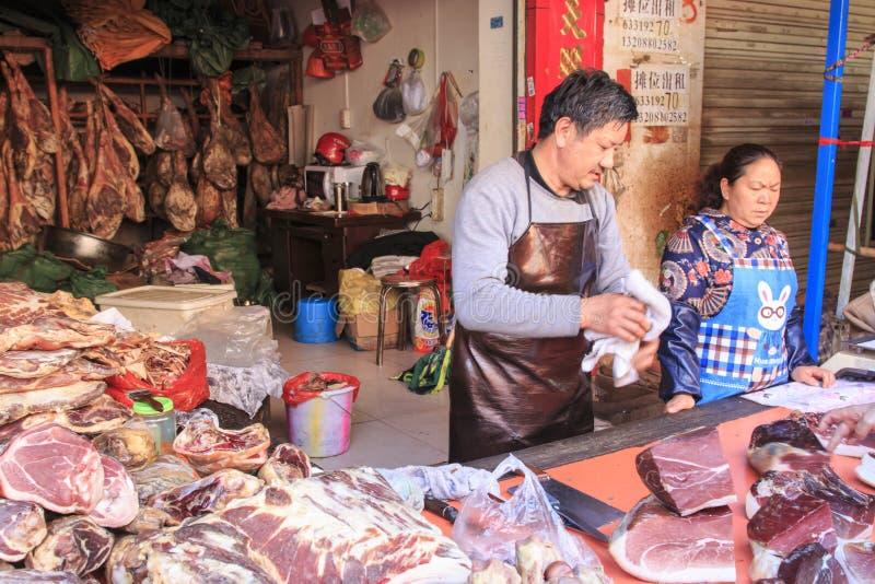 Folk som säljer och köper i en traditionell marknad i mitten av Kunming royaltyfria foton