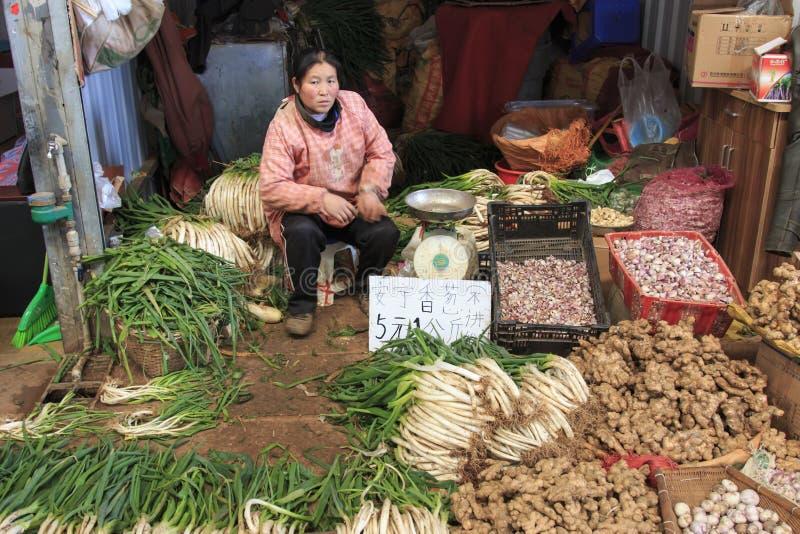 Folk som säljer och köper i en traditionell marknad i mitten av Kunming arkivbild