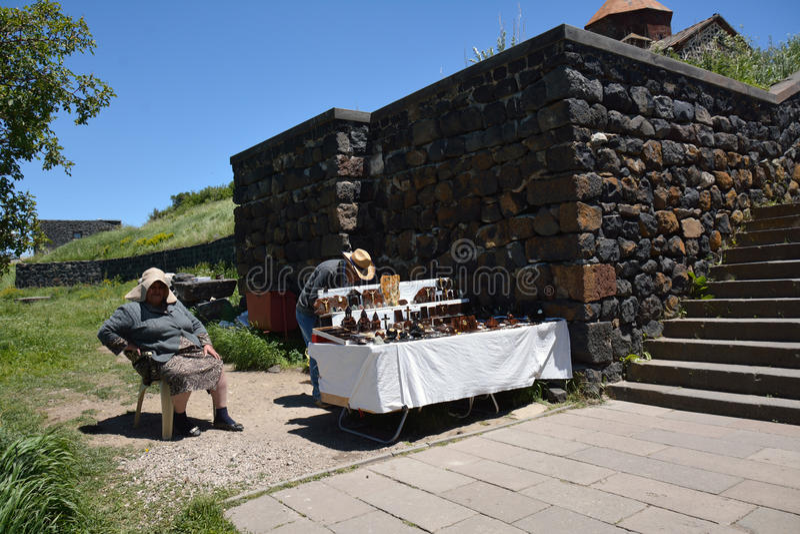 Folk som säljer souvenir i Armenien royaltyfri fotografi