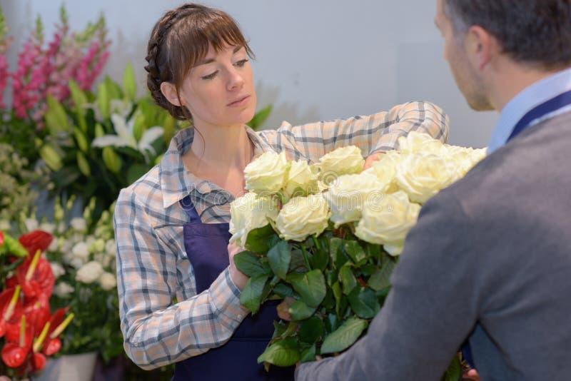 Folk som shoppar den floristry försäljningen och consumerismbegrepp royaltyfri foto
