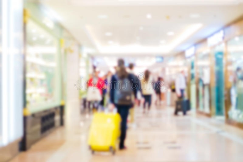 Folk som shoppar i återförsäljnings- galleria fotografering för bildbyråer