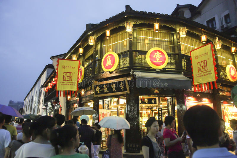 Folk som shoppar i den Hefang gatan royaltyfri fotografi