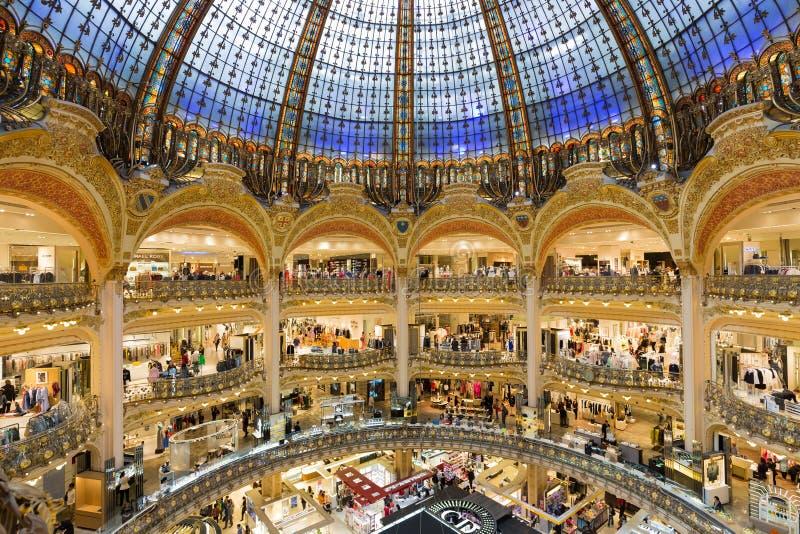 Folk som shoppar i det lyxiga Lafayette varuhuset av Paris, Frankrike royaltyfri bild